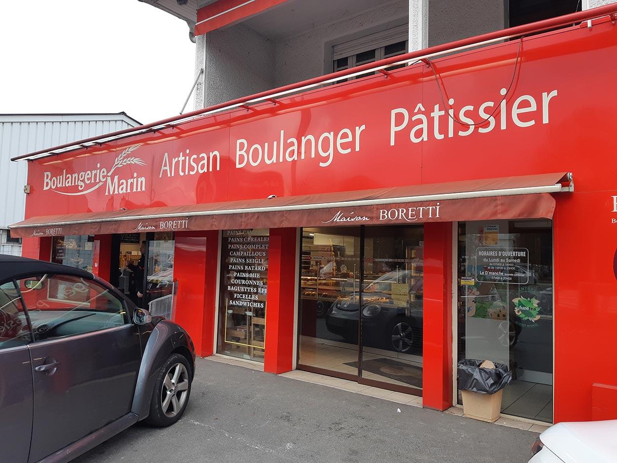 Maré Désign vous accompagne pour la création de vos façades commerciales à Pau, Toulouse, Bordeaux, Tarbes, Bayonne, Mont de Marsan et Lourdes.